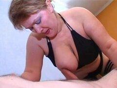 Puta madura Nadezhda hacinados en el furgón de cola, grasa madura puta rusa Nadezhda obtiene su culo experimentado golpeado por una joven polla de este joven contra viejo video anal.