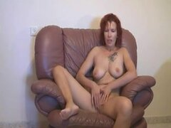 Redhead diletante anciana que azota y follando en el sofá,