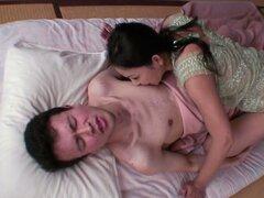 Pervertido pero dulce chica asiática Kaori Akitsu es kinky sexo
