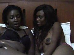 Jóvenes africanas lesbianas lamen sus coños húmedos en dormitorio