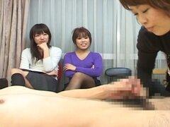 Chicas asiáticas compartiendo una polla cachonda