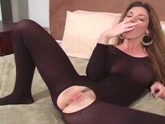 Chica sexy en Body de cuerpo entero posando y mostrando su coño