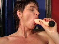 Abuela caliente masturbandose en la sala de billar