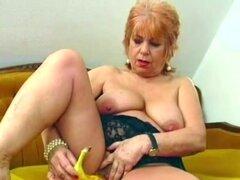Abuela folla su coño viejo con plátano