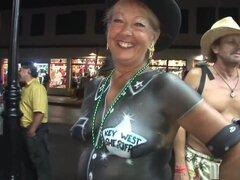 Impresionante pornstar en escena de sexo al aire libre, rubia increíble, la primera mujer que verás aquí es desnuda, pero su cuerpo se pinta para parecer como si ella lleva camisa de sheriff, con la estrella cubriendo su pezón. A continuación, verás una l