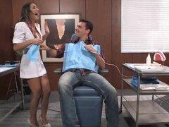 Dentista tetona agosto Ames duro golpeado por su paciente. Dentista tetona agosto Ames duro golpeado por su paciente guapo después de que ella le bromeó con su cuerpo perfecto