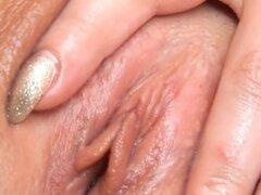 Teenie sensual es abierta grieta suave en primer plano y cumming. Coqueta maravilla extiende suave rosado de la raja en primer plano y burla de su figura atractiva cuando masturbarse hasta clímax loco