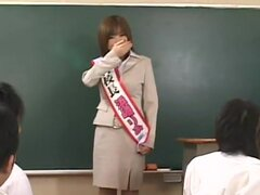 Llene el coño con Cum de maestro, Hamasaki profesor enseña salud a sus estudiantes varones en la clase. Con ella misma como modelo, ella muestra sus hermosos pechos y su coño a su finde de estudiantes para enseñarles algo. Sin embargo, una cosa lleva a ot