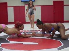 Batalla de chicas negras en combate de lucha libre erótica competitiva real 100 por ciento. Brutal lucha real estas chicas choke slam mutuamente y uno a exprimir en presentación ganador folla el perdedor en la cara la boca y el culo pelo tirando, asfixia,