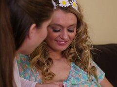 Buenas tetas naturales en un par de chicas lesbianas chupando pezones - Alex Chance, Natalia Starr