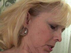 Milf rubia se la follan con un consolador por su amante sexy, Maduritas adoran para ser atornillado duro con todo tipo de objetos grandes. Esta señora rubia se perfora hasta el clímax por su señora morena con un consolador de mierda.