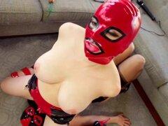 Dúo lésbico vestido como luchadores mexicanos. Dúo lésbico vestido como luchadores mexicanos y lamer alfombra