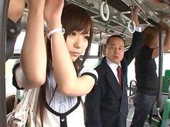 Cachonda Japonesa sexy de perfecto culito adolescente obtiene su caliente trasero follado en un bus