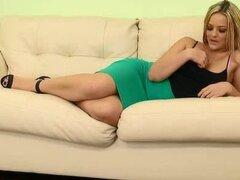 Rubia de tetas grandes en una falda corta