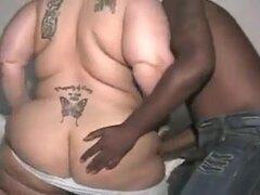 GORDA ARRECHA SE CULEA UN NEGRO. Una mujer gorda para disfrutar de un negro follando a su vecino de al lado... Parece que ella está grabando para el maridito.