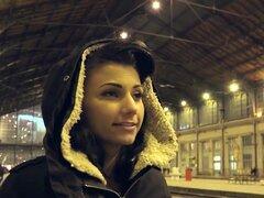Nena tetona natural pov golpeado, Euro Sexy morena amateur babe recogió en la estación de tren por extraño entonces tomó en su apartamento donde consiguió mamada y follada su cuerpo tetona pov