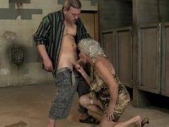 Lasciva granny Norma gime ruidosamente mientras recibe su arranque lamida y follada