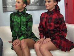 Dos chicas con curvas en trajes coloridos con un impresionante trío - Anita Bellini