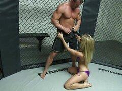 Amy Brooke post lucha golpeando