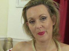 Betsy Blue en masturbación película - AuntJudys, esta madura MILF británica que sabe cómo encanta!. Ella se desnuda lentamente y sensualmente, sacando una sola pieza de ropa a la vez. Entonces, cuando finalmente ella tiene su coño expuesto, frota en ella,
