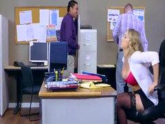 Kagney Linn Karter consigue áspero golpeando en escritorio de oficina