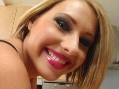Dar Me rosa corto cutie pelo juega con su coño rosado, Zuzana se ve super sexy con su pelo corto. Ella tiene un cuerpo para morirse. Ella se separa con su perfecto coño rosado y apretado culo. Conseguimos algunos closeups increíble en este video.