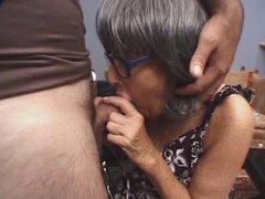 Lugares de abuelita que polla en su boca. Tenemos estas cachonda abuelita traviesa en este clip como ella pone con un perno prisionero más joven! Mira como esta abuela juguetonamente burla de su hombre y comenzó a darle una mamada cachonda en este video