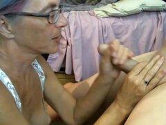 La abuela le encanta usar consolador y polla al mismo tiempo,