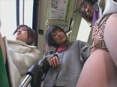 Japonesa lesbianas divertirse un poco en el bus