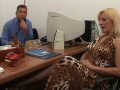 Italiana peluda anal y meando en la oficina