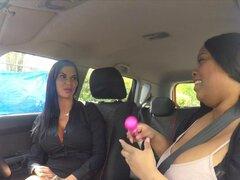 Gran ébano lesbiana lame examinador. Ebony FAT conducción estudiante relaja examinador de Milf de tetas grandes caliente después de la prueba de conducción con vibrador y ébano grandes tetas lame su coño en el coche en público