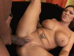 Morena con grandes tetas gritando mientras ella anal se perfora con gran polla negra - Claire Dames