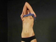 Alta morena hace ejercicios desnudas