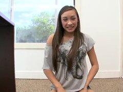 Linda y radiante Asian babe Arial Rose con hermosa sonrisa saca la ropa para mostrarnos su cuerpo increible! Esta nena tiene el culo más sensible de su cuerpo joven delgado!