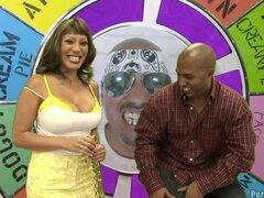 Sexy Ava gana en la lotería y es recompensada con una polla descomunal - Ava Devine