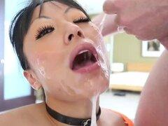 Boca sucia del estiramiento pov. Sucio a asiático en pov estiramiento boca mojado y sucio