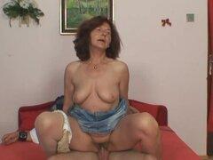 Ella encuentra la vieja mamá a dick de su maridito