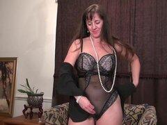 Señora madura cachonda es desnudándose mostrando y jugando