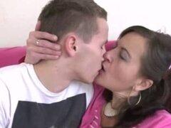 hombre joven y mujer madura con peludas por un coño. hombre joven y mujer madura con peludas por un coño