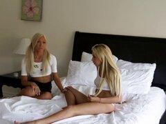 Tetas pequeñas lesbianas aspiran. Tetas pequeñas lesbianas chupadas novia adolescente rubia caliente