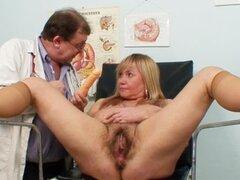 Médico examina caja vieja peluda