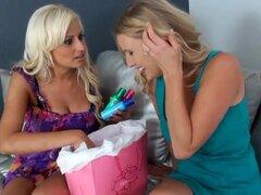 Blondie dulce tiene sexo lésbico con la MILF cachonda