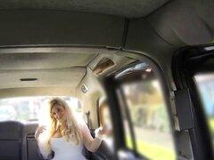 Maldita novia se salta en un gran taxista polla para divertirse. Maldita novia escapa en su día especial para becauce su marido tiene polla pequeña Ella se salta en el taxi y se divierten con el taxista En el asiento trasero que chupa su gran polla Finalm