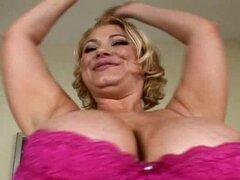 Mujer rubia pone aceite en sus tetas gigantes