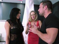 Chicas bisexuales Audrey Bitoni y Katie Kox obtiene grandes tetas folladas