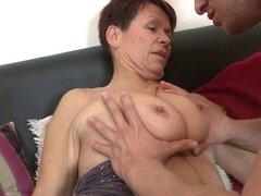 Vieja abuela follando a su boy toy joven