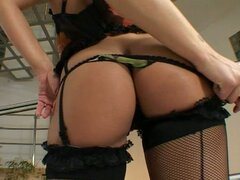Stripteasing caliente Mia Stone en medias negras