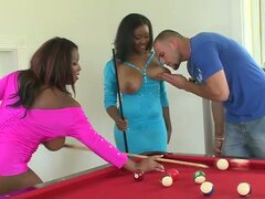 Busty Babes Ebony en Interracial trío Ffm junto a la piscina