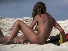 Chica desnuda en la playa nudista, Voyeur no podía dejar de mirar a esta hermosa chica desnuda con cuerpo gordita caliente durante su estancia en la playa nudista. Ella estaba acostada y hablando con alguien, manteniendo las piernas cruzadas todo el tiemp