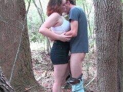Gordita guarra perforado en la naturaleza. Teniendo sexo en la naturaleza es el mejor y esta chica amateur gordita le gusta hacerlo todo el tiempo que su novio follan a su tonto en medio del bosque